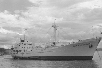 """El buque """"Playa de las Canteras"""", fondeado en Santander"""