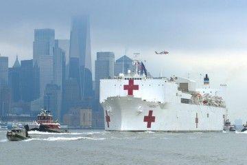 """El buque hospital USNS """"Comfort"""", a su llegada a Nueva York"""