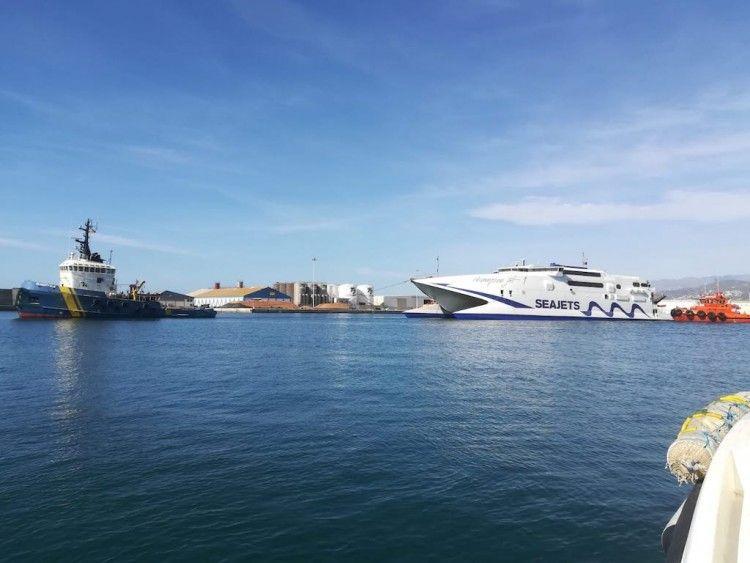 """Maniobra de salida del catamarán """"Champion Jet 1! del puerto de Motril"""