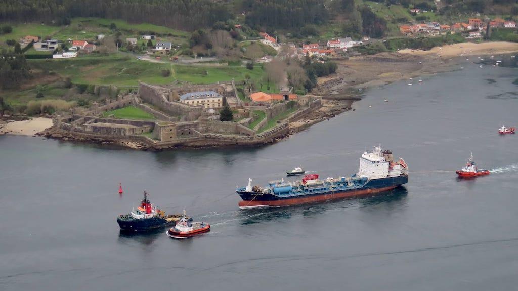 El remolque pasa entre castillos de la ría de Ferrol