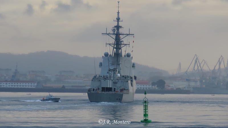 Maniobrando para atracar en el arsenal de Ferrol