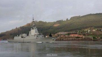 """La fragata """"Cristóbal Colón"""", en la ría de Ferrol"""