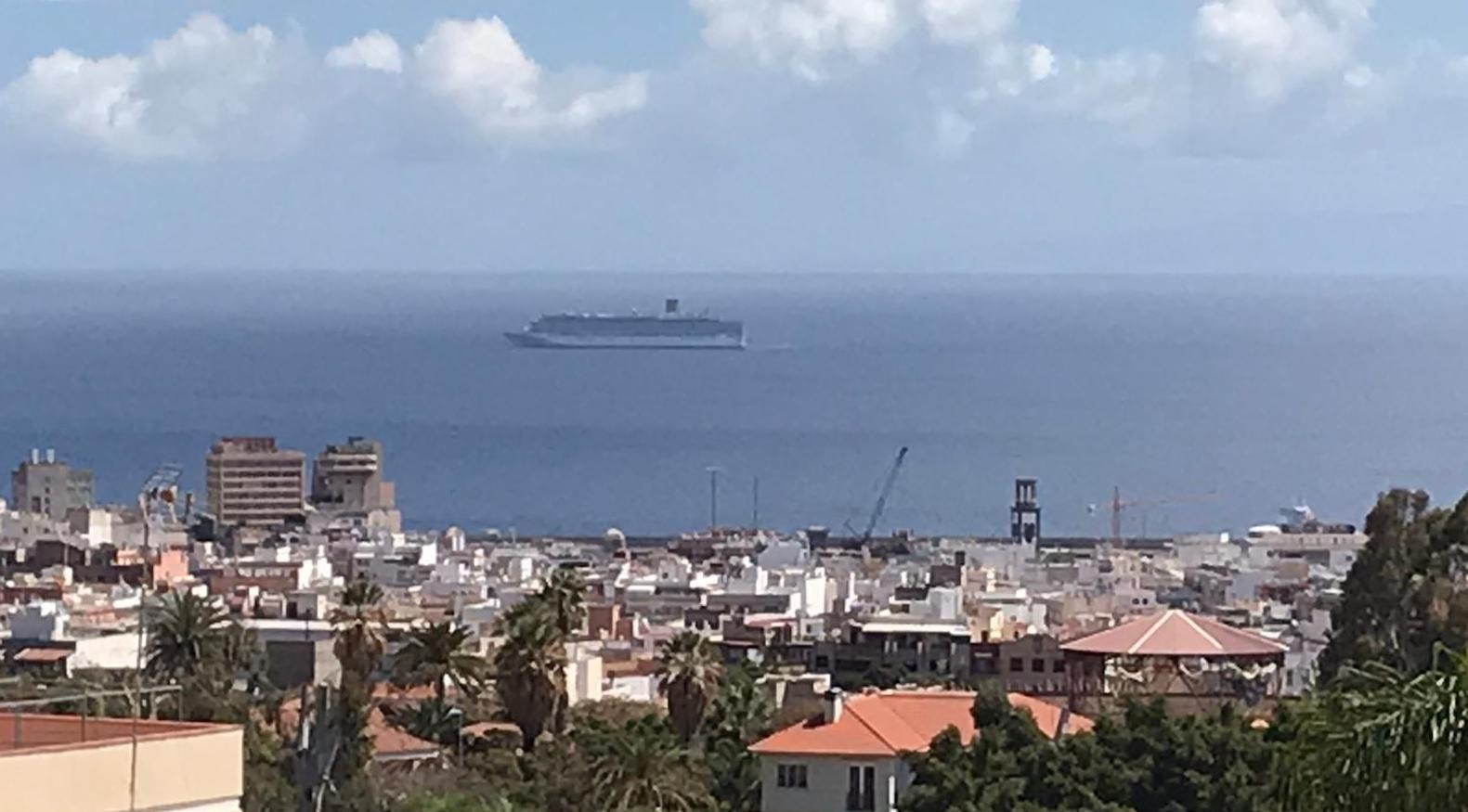 """El buque """"Costa Luminosa"""", frente a Santa Cruz de Tenerife"""