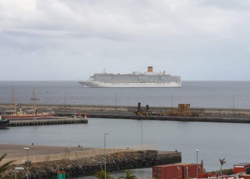 """El buque """"Costa Luminosa"""" enfila la entrada del puerto tinerfeño"""