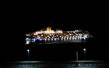 """El buque """"Costa Luminosa"""", a su salida esta noche del puerto de Santa Cruz de Tenerife"""