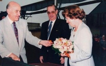 """Antonio Biosca (izquierda) y Victoria Cullen, en la ceremonia de bautizo del petrolero """"Hespérides"""" (1997)"""