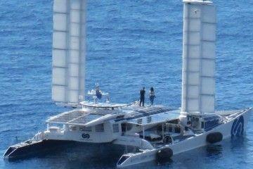 """El catamarán """"Energy Observer"""", a su salida de la Dársena de Los Llanos"""