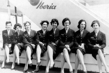 Grupo de azafatas de Iberia posan a pie de la escalerilla de acceso al avión
