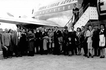 Foto de familia de los pasajeros del primer vuelo Madrid-Buenos Aires de Iberia