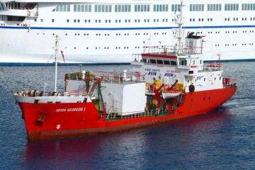 """El antiguo """"Junonia"""", en el puerto de Mykonos como """"bunker ship"""""""