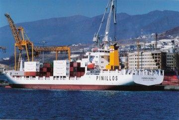 """El buque """"Carmen Dolores H"""", recién estrenado, en el puerto de Santa Cruz de Tenerife, el de su matrícula naval"""