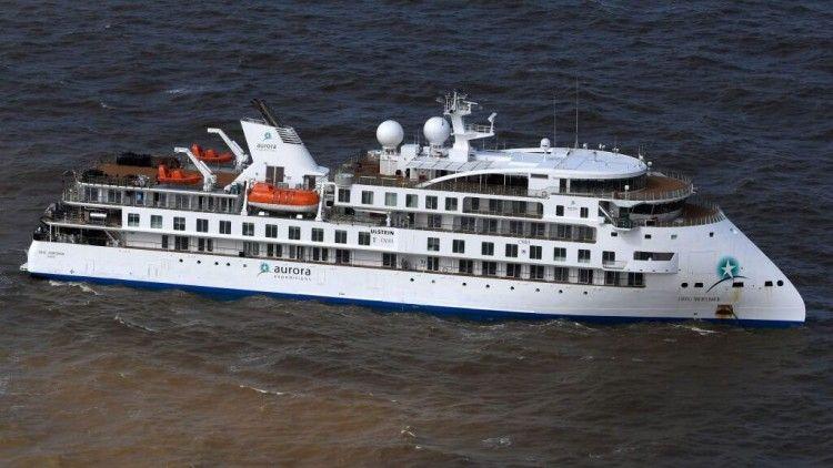 """El buque """"Greg Mortimer"""", en aguas de Montevideo"""
