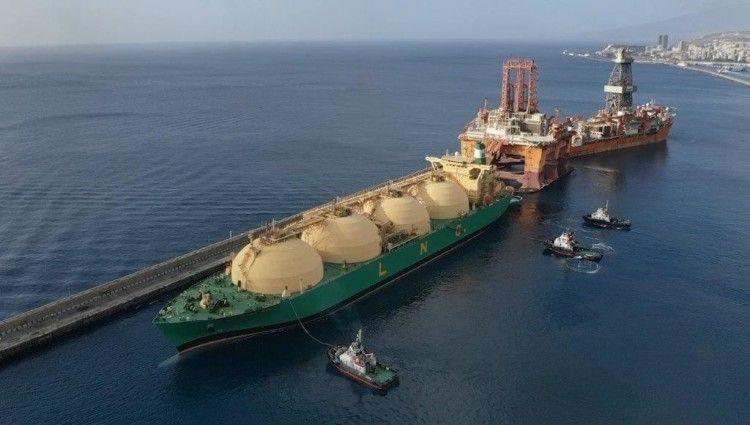 """El buque metanero """"LNG Akwa Ibom"""", en la maniobra en el dique del Este"""