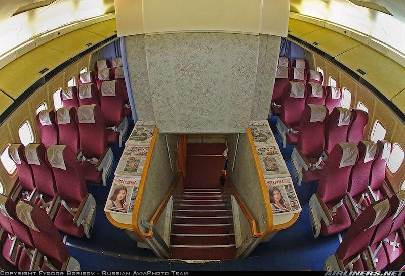 Escalera de acceso a la cabina del avión Il-86