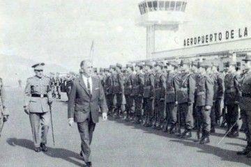 El ministro del Aire pasa revista a las tropas que le rinden honores