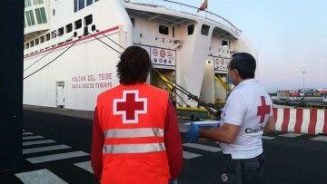 Cruz Roja y Guardia Civil toman temperatura a pie de muelle en Lanzarote