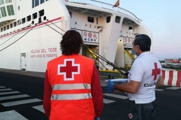 Cruz Roja y Guardia Civil toman temperatura a pie de muelle en Lanzarote