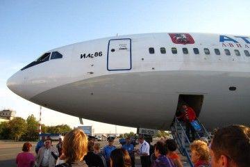 Puerta de acceso delantera del avión Il-86