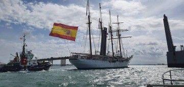 """El buque-escuela """"Juan Sebastián de Elcano"""", a punto de cruzar el puente Carranza"""