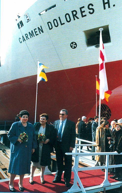 Carmen Dolores Herrera Rodríguez y sus padres, el día de la botadura del buque de su nombre