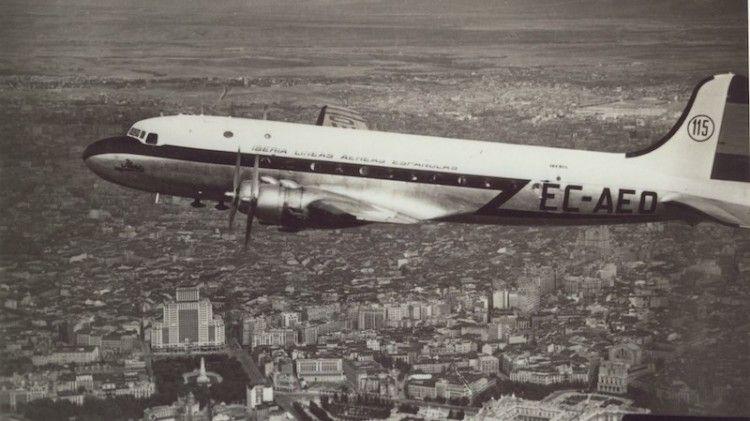 El avión Douglas DC-4 de Iberia EC-AEO sobrevuela Madrid