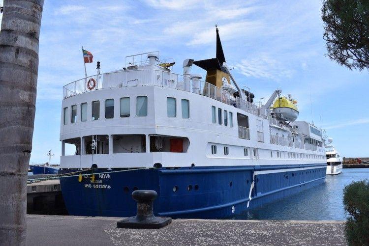 """El buque """"Ocean Nova"""", visto por la aleta de estribor"""