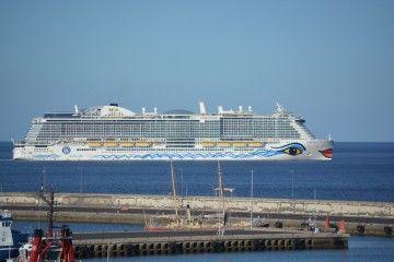 """El megacrucero italiano """"AIDAnova"""", a su salida del puerto de Santa Cruz de Tenerife"""