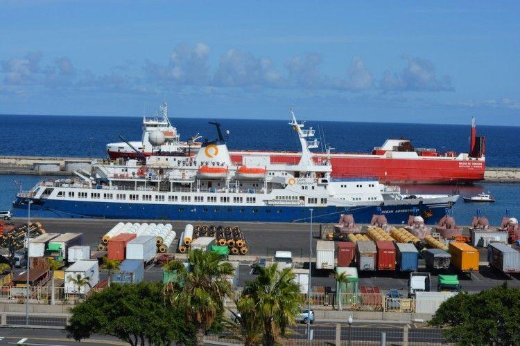 """El buque """"Ocean Adventurer"""", en su atraque del puerto tinerfeño"""