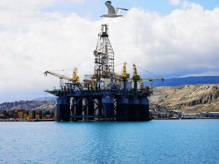 """La plataforma """"Ocean Confidence"""", atracada en Almería"""