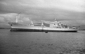 """El buque """"Playa de Naos"""", en la bahía de Santander"""