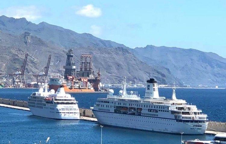 """Los buques """"World Odyssey"""" y """"Silver Wind"""", atracados en el muelle sur"""