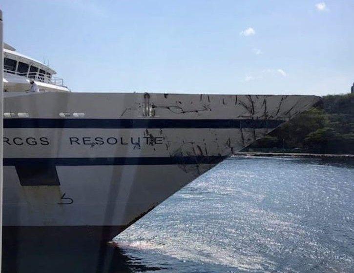 """Daños en la amura de estribor del buque """"RCGS Resolute"""""""