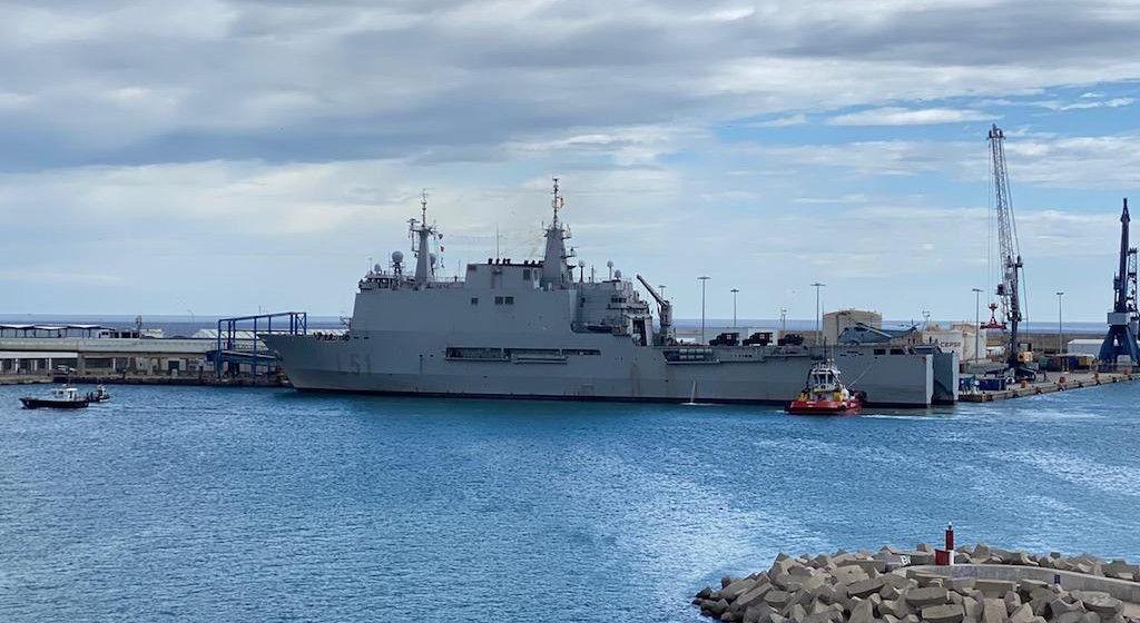 """El buque LPD """"Galicia"""" (L-51), atracado en el puerto de Melilla"""