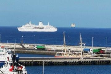 """El buque """"World Oddysey"""", a su llegada a Santa Cruz de Tenerife"""
