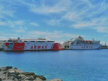 """El catamarán """"Volcán de Tirajana"""" y el ferry """"Volcán de Taburiente"""", en el puerto de La Estaca"""