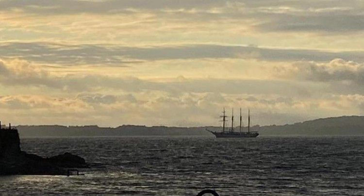 """El buque-escuela """"Juan Sebastián de Elcano"""", a su salida esta tarde de Marín"""