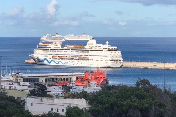 """Los buques """"AIDAmira"""", en primer plano y los dos Costa en la zona de fondeo"""