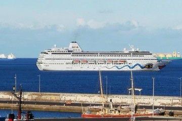 """El buque """"AIDAmira"""", a su salida del puerto de Santa Cruz de Tenerife"""