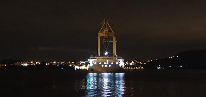 La grúa que transporte es perfectamente visible en la noche ferrolana