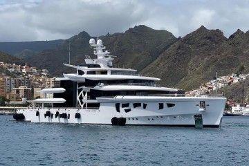 """Maniobra de atraque del megayate """"Artefact"""" en el puerto de Santa Cruz de Tenerife"""