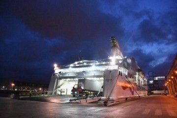 Embarque del primer transporte en el puerto de Málaga