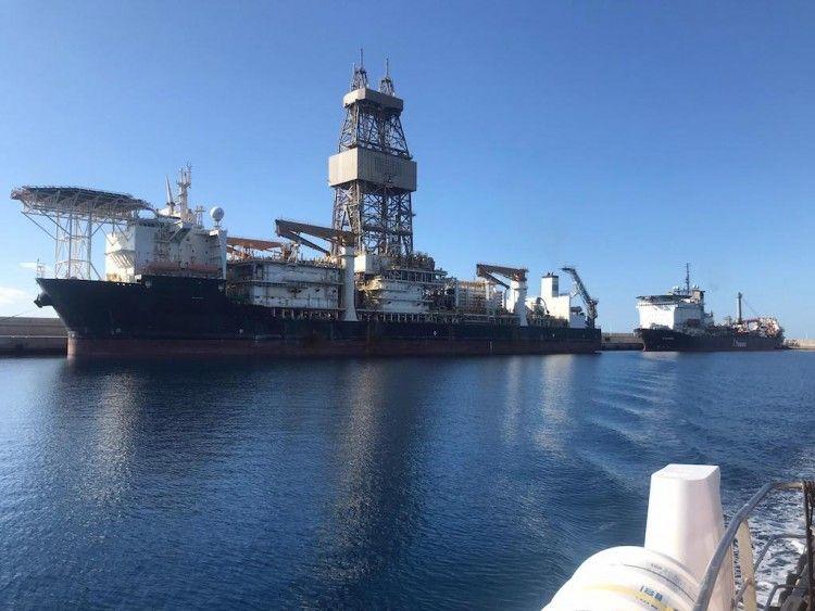 """El buque perforador """"Victoria 10000"""" y el pipe layer """"Lorelay"""", atracados en el puerto de Granadilla"""
