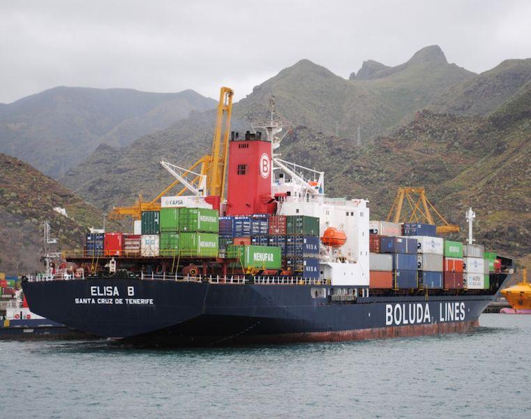 Maniobrando para atracar a la terminal de contenedores del puerto tinerfeño