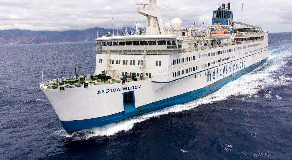 """El buque hospital """"Africa Mercy"""", navegando en aguas de Tenerife"""