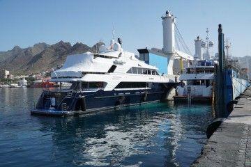 """El yate """"Playpen"""", en la maniobra de embarque en el buque """"RollDock Star"""""""