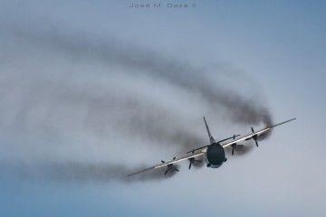 La humareda del avión recuerda a otros tiempos de la aviación