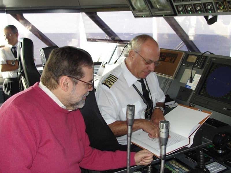 """En el puente del """"Benchijigua Express"""", junto a su amigo el catedrático Alberto Darias Príncipe"""