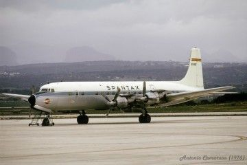 El avión Douglas DC-7C Seven Seas EC-BBT, en el aeropuerto de Palma de Mallorca