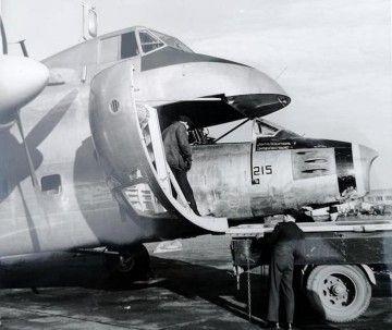 El fuselaje de un Sabre entra en la bodega del avión Bristol