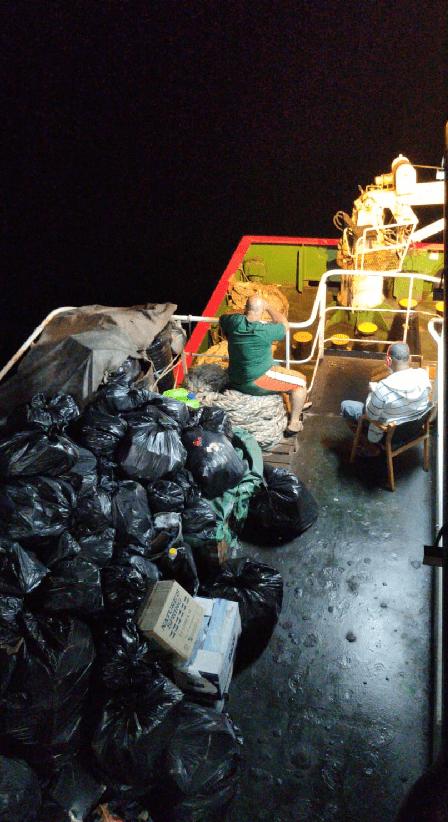 """Las basuras se acumulan en el buque """"Celanova"""""""